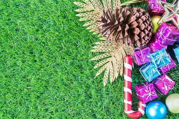 Weihnachtsdekoration auf hintergrund des grünen grases