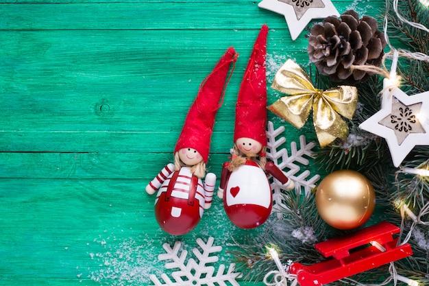 Weihnachtsdekoration auf hölzernem smaragdhintergrund