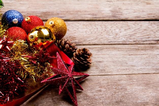 Weihnachtsdekoration auf hölzernen planken