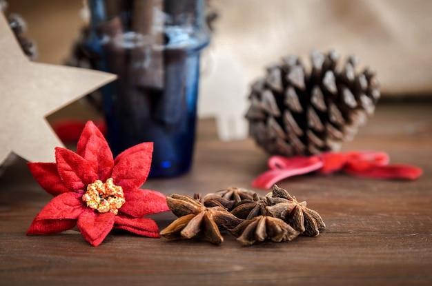 Weihnachtsdekoration auf holz und stoff sack