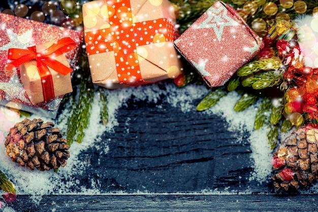 Weihnachtsdekoration auf holzhintergrund mit schnee