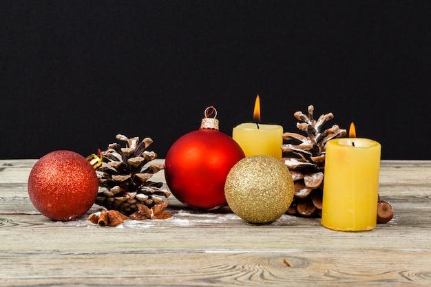 Weihnachtsdekoration auf holztisch