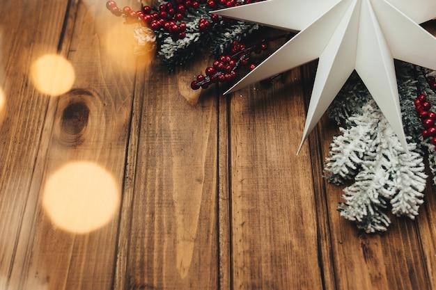 Weihnachtsdekoration auf holzuntergrund, weihnachtshintergrund. foto in hoher qualität