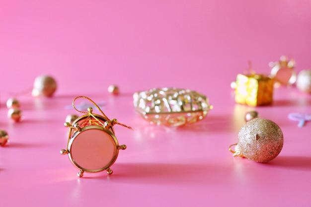 Weihnachtsdekoration auf rosa hintergrund