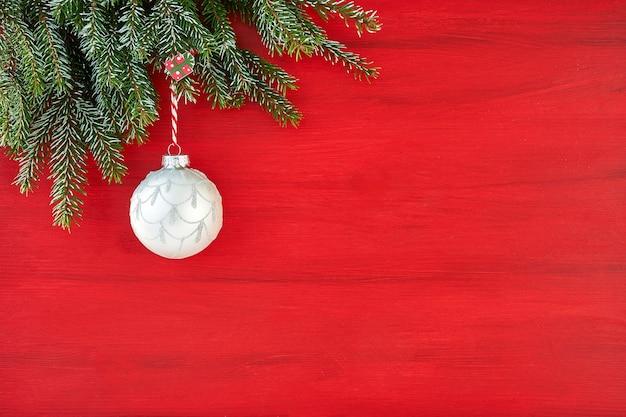 Weihnachtsdekoration auf roter oberfläche.