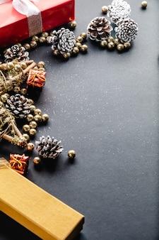 Weihnachtsdekoration auf schwarzem hintergrund