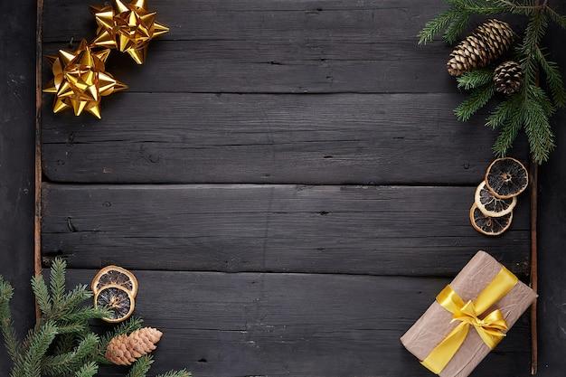 Weihnachtsdekoration auf schwarzem hölzernem hintergrund