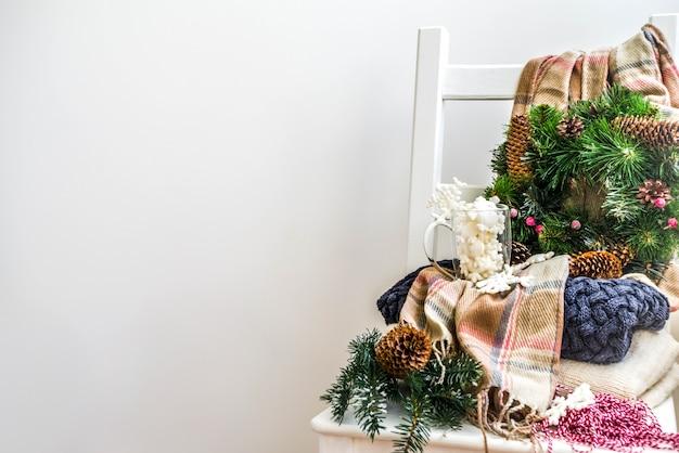 Weihnachtsdekoration auf stuhl