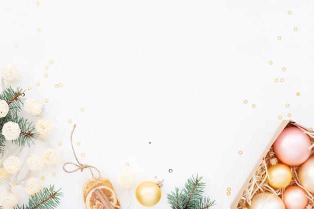 Weihnachtsdekoration auf weiß