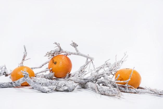 Weihnachtsdekoration auf weißem hintergrund