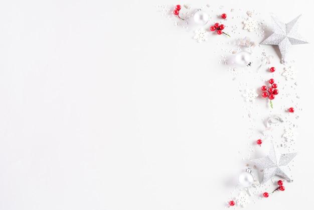 Weihnachtsdekoration auf weißem hintergrund.