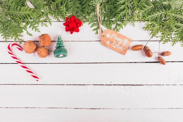 Weihnachtsdekoration auf weißem hölzernem brett