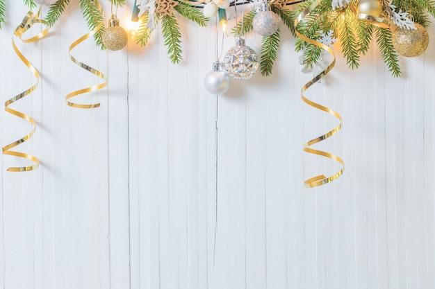Weihnachtsdekoration auf weißem holztisch