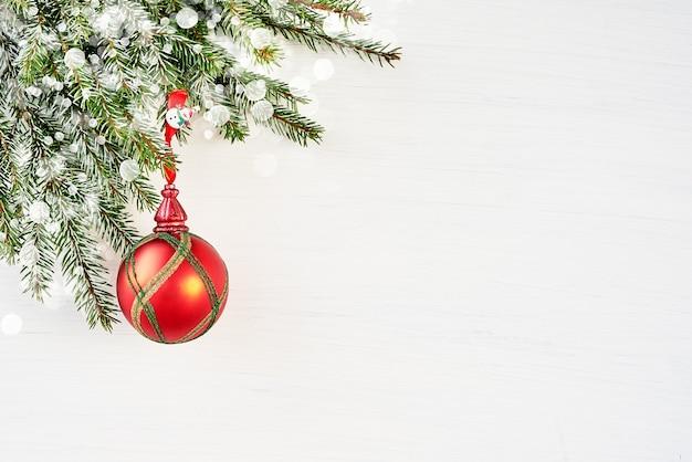 Weihnachtsdekoration auf weißer oberfläche