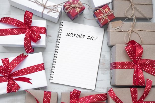 Weihnachtsdekoration, geschenk-box und tannenzweigen