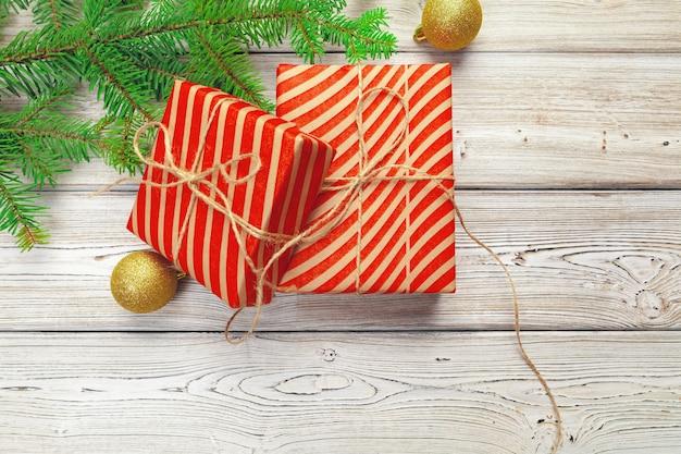 Weihnachtsdekoration, geschenkbox und kieferniederlassungen auf holztisch