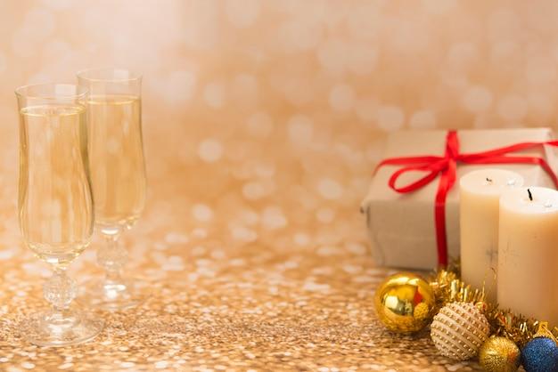 Weihnachtsdekoration, geschenke und bälle