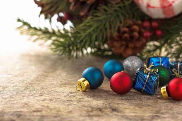 Weihnachtsdekoration. geschenke und weihnachtsbaumkugeln des neuen jahres auf hölzernem hintergrund