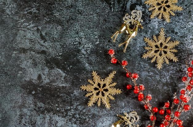 Weihnachtsdekoration grenze mit schneeflocken, rentieren und roten beeren