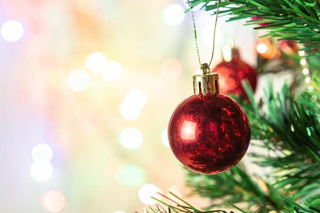 Weihnachtsdekoration. hängende rote bälle auf kiefernniederlassungen weihnachtsbaumgirlande und -verzierungen