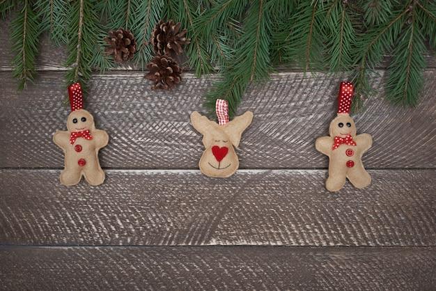 Weihnachtsdekoration hängt am weihnachtsbaum