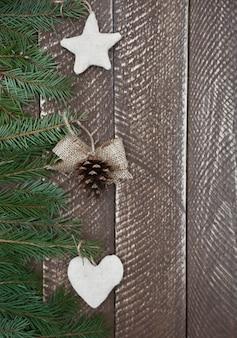 Weihnachtsdekoration hängt an der kiefer