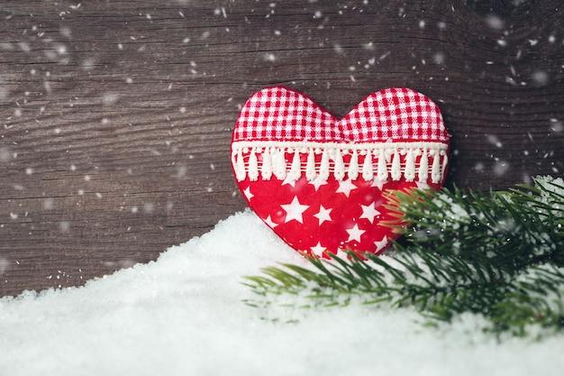 Weihnachtsdekoration herzspielzeug und baum über hölzernem hintergrund
