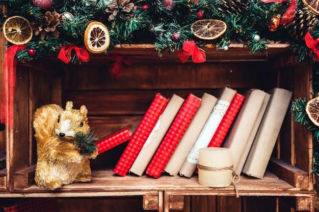Weihnachtsdekoration im rustikalen stil auf dem hintergrund einer holzwand.