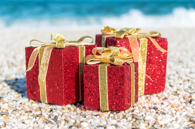 Weihnachtsdekoration im sand am strand