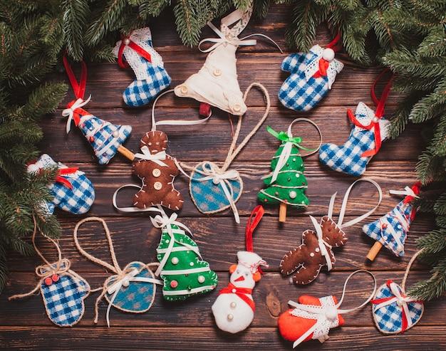 Weihnachtsdekoration im vintage-stil - blaues gingham-spielzeug auf dem holztisch