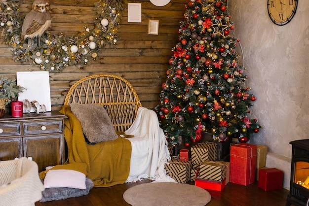 Weihnachtsdekoration im wohnzimmer eines landhauses mit traditionellem weihnachtsbaum