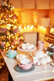 Weihnachtsdekoration in der küche. weihnachtsgerichte und süßigkeiten. heller innenraum der küche des neuen jahres.