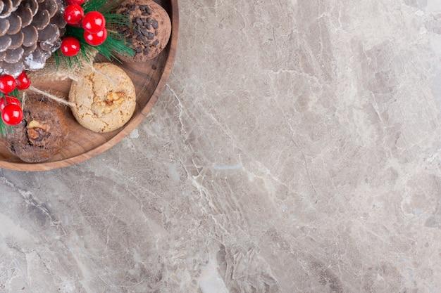 Weihnachtsdekoration in der mitte eines kekstabletts auf marmor.