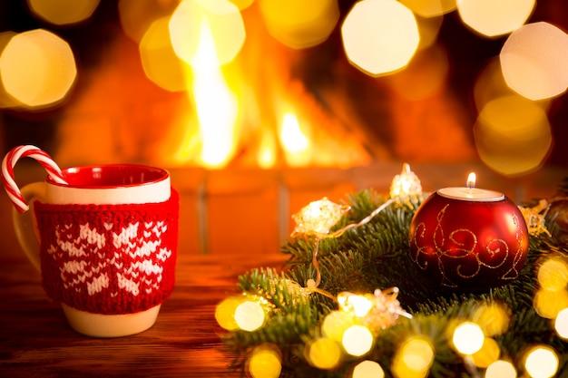 Weihnachtsdekoration in der nähe des kamins