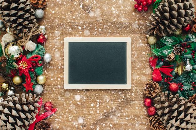 Weihnachtsdekoration in der weinleseart auf altem hölzernem brett