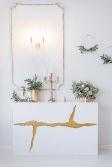 Weihnachtsdekoration in einem klassischen wohn- oder schlafzimmer in hellen farben
