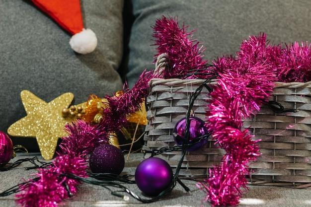 Weihnachtsdekoration in einem korb, baumschmuck, auf unscharfem hintergrund.