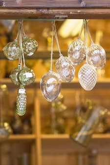 Weihnachtsdekoration in einem straßenböhmischen kristall-souvenirgeschäft in der tschechischen republik prag