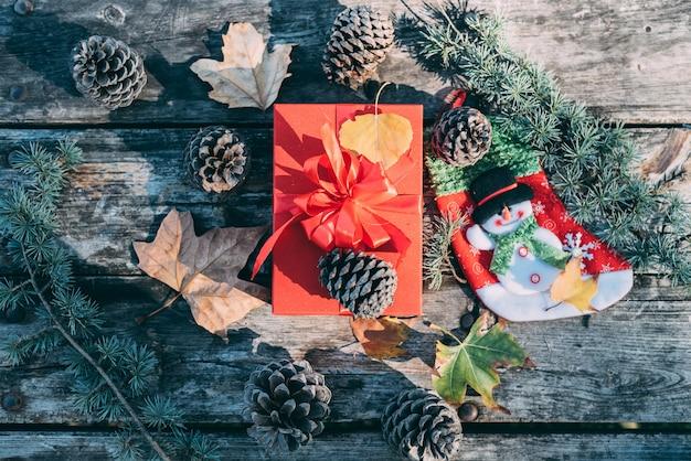 Weihnachtsdekoration in einer hölzernen tabelle draußen
