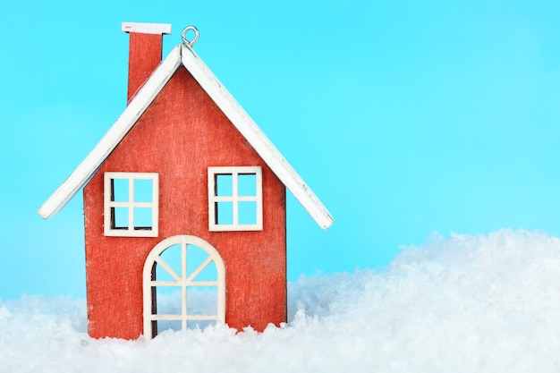 Weihnachtsdekoration in formhaus auf hellblauem hintergrund