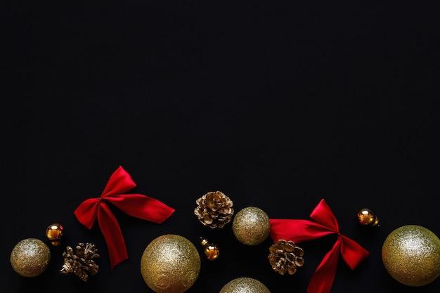 Weihnachtsdekoration in rot und gold. schwarzer hintergrund, draufsicht, kopierraum.