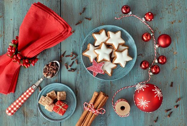 Weihnachtsdekoration in rot und weiß auf rustikalem türkisholz
