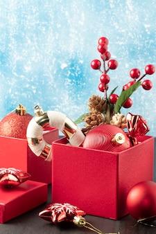 Weihnachtsdekoration in roten kästen textfreiraum