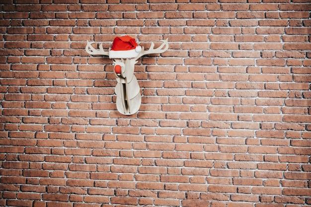 Weihnachtsdekoration. intarsienhirsch, der an der wand hängt