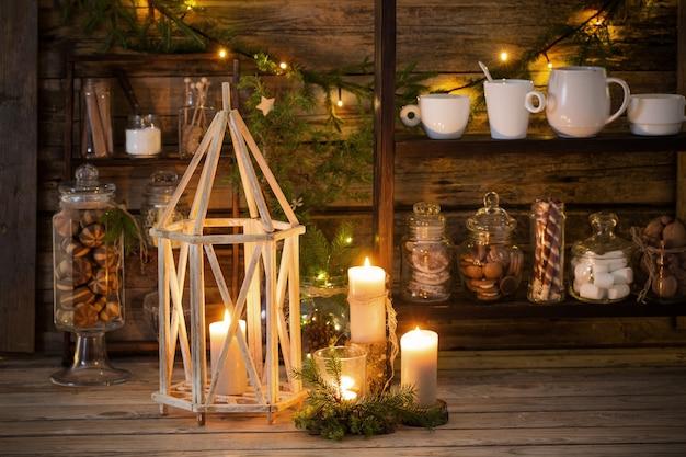 Weihnachtsdekoration kakaobar mit keksen und süßigkeiten auf altem hölzernen hintergrund