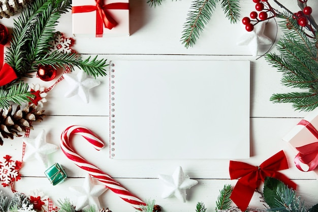 Weihnachtsdekoration. kreatives layout aus christbaumzweigen mit papierkartennotiz.