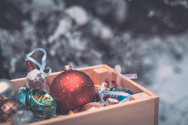 Weihnachtsdekoration kugeln in einer holzkiste