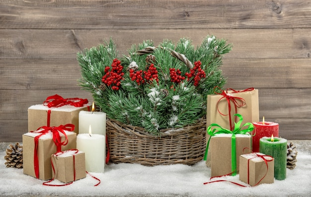 Weihnachtsdekoration mit brennenden kerzen und geschenkboxen. stillleben im vintage-stil