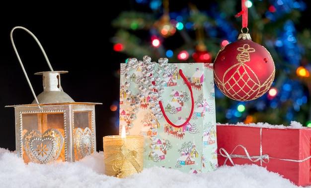 Weihnachtsdekoration mit einer laterne