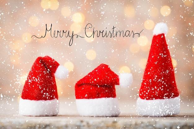 Weihnachtsdekoration mit engel santa hut.